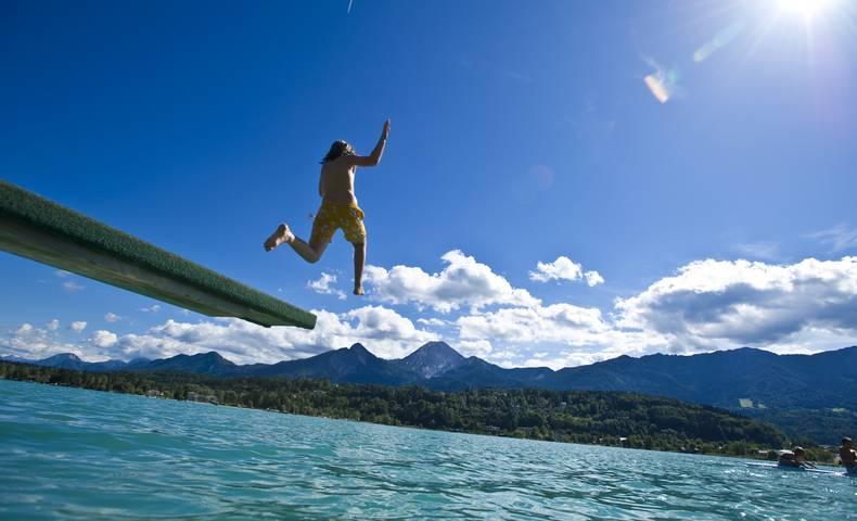 Kind springt in den See
