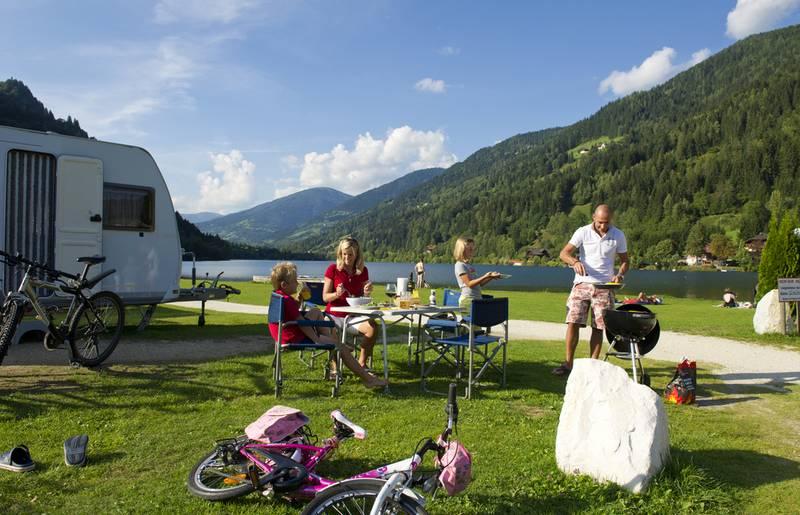 Familie beim Grillen am Campingplatz
