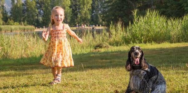 Mädchen mit Hund am Campingplatz