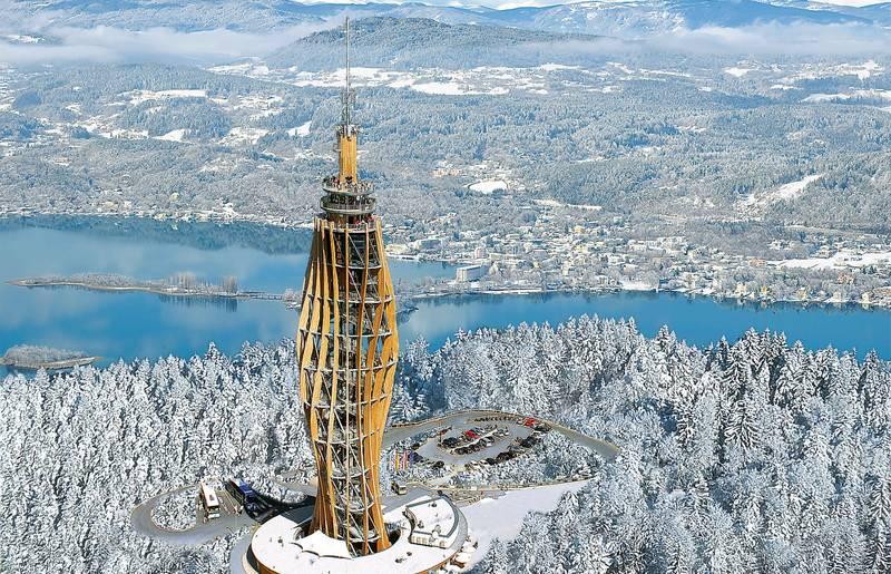 Der mit fast 100 Metern welthöchste Aussichtsturm aus Holz ist eine aus mächtigen, elliptisch angeordneten Holzstützen bestehende Konstruktion, die sich spiralförmig in den Himmel schraubt - eine eindrucksvolle Skulptur im Landschaftsraum!