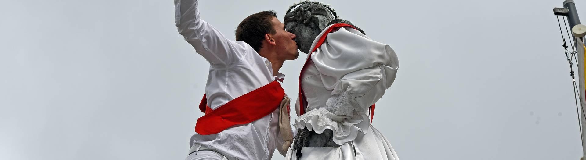Kuss der steinernen Jungfrau beim Kranzelreiten in Weitensfeld in Mittelkärnten